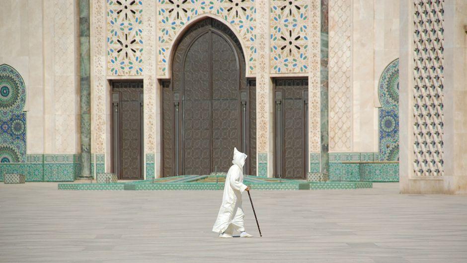 Gläubiger Muslim vor der Moschee Hassan II. in Casablanca.