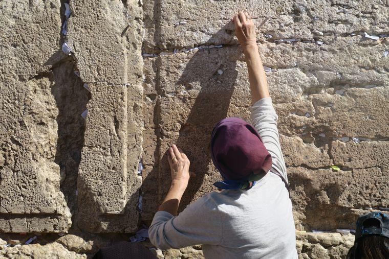 In den Ritzen der Klagemauer stecken Tausende Zettel mit Wünschen und Gebeten.