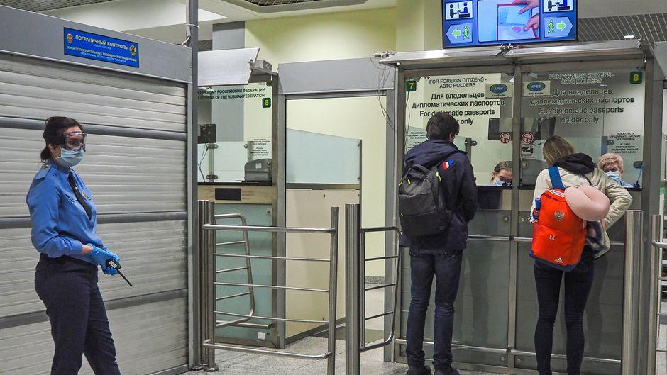 Passkontrolle am Domodedowo-Flughafen in Moskau, Russland.