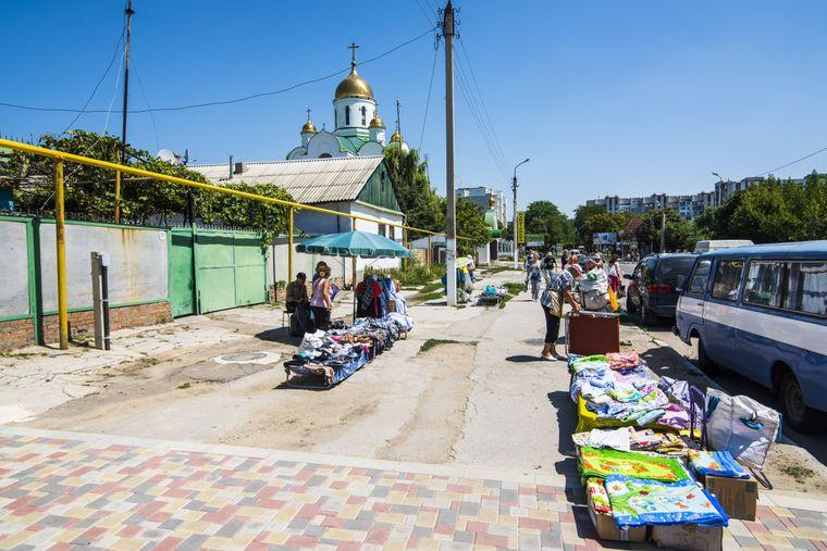 Ein Markt in Tiraspol, dahinter die Geburtskirche.