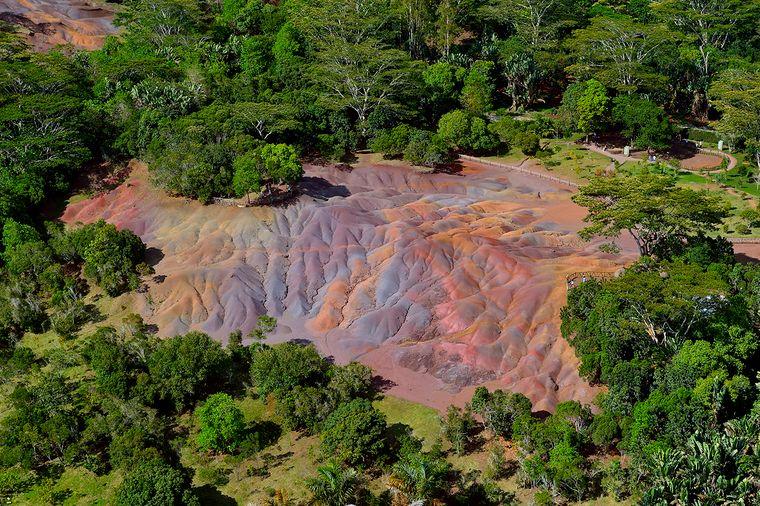 """In den Bergen und Wäldern um Chamarel findet man auch das faszinierend schimmernde Vulkangestein """"Siebenfarbige Erde""""."""