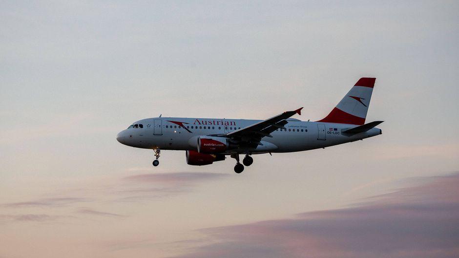 Austrian Airlines Flugzeug im Landeanflug auf Frankfurt am Main. (Symbolbild)