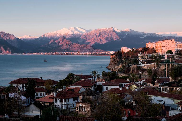 Das Taurusgebirge befindet sich im Hinterland und erstreckt sich von Antalya bis weit hinter Side.