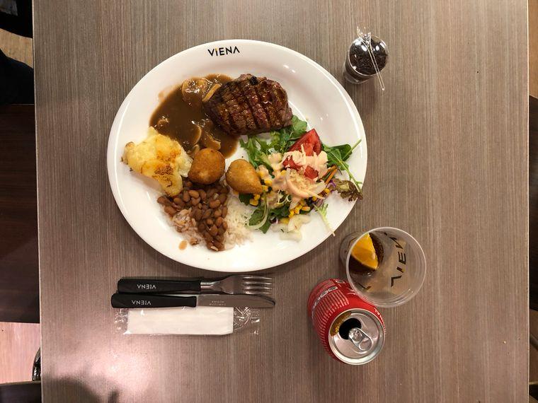 Bohnen, Reis, Fleisch, Kartoffelauflauf und Salat: Dieses Gericht kostet umgerechnet weniger als 10 Euro.
