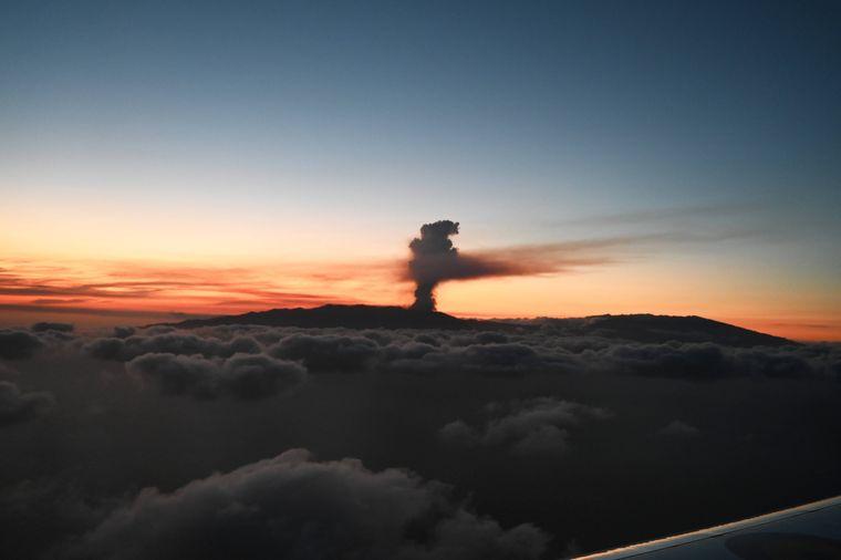 Eine Wolke aus Asche und rauch steht hoch über der Kanareninsel La Palma. Ein Vulkan der Cumbre-Viejo-Kette ist ausgebrochen.