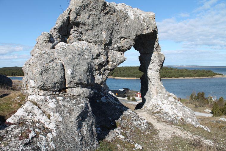 Felsformationen und ein Fischerdorf auf Gotland, Schweden.