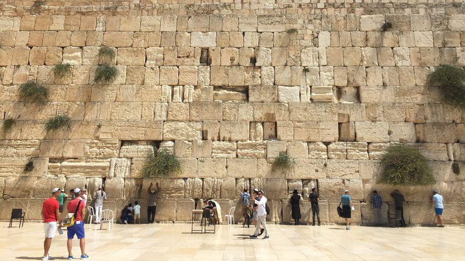 Millionen Bitten an Gott stecken in den Fugen der Klagemauer in Jerusalem.
