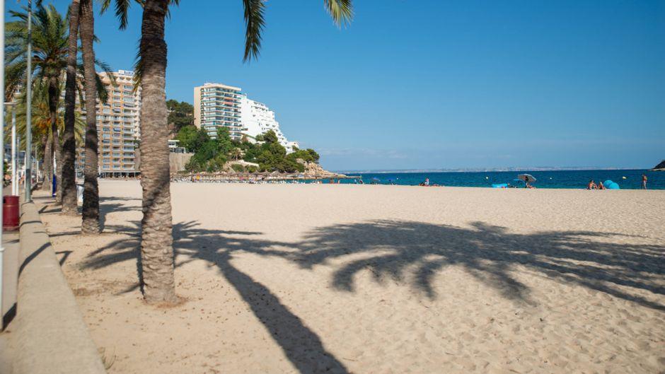 Leerer Strand in Magaluf auf Mallorca.