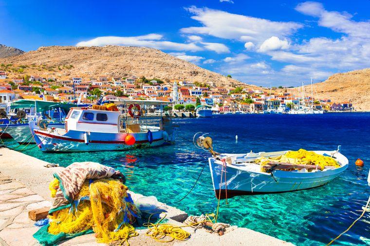 Ein traditionelles Fischerboot an der griechischen Insel Chalki.