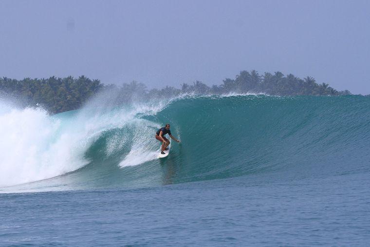 Thomas Castets kann richtig gut surfen und schreckt auch vor großen Wellen nicht zurück.