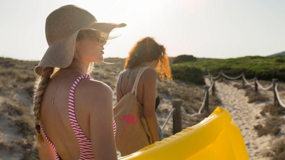Zwei Frauen laufen Richtung Strand. Der Urlaub im Sommer 2021 ist in vielen europäischen Ländern möglich.