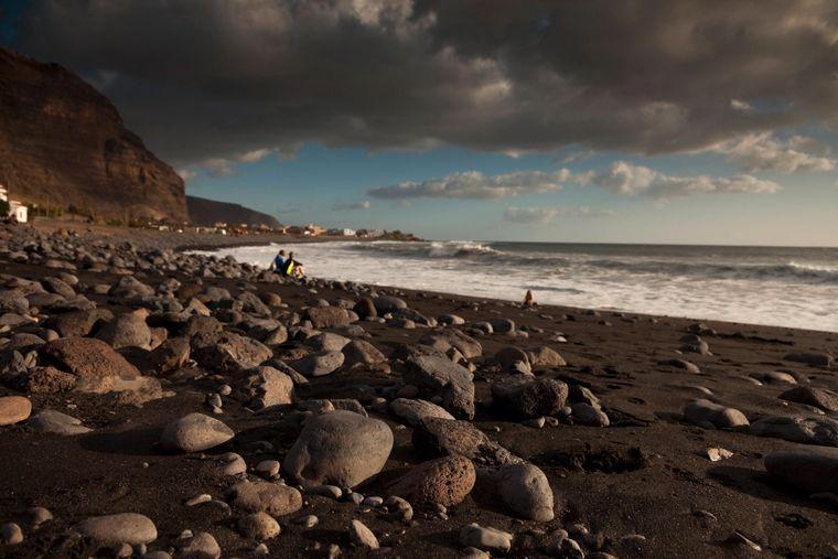 Insel La Gomera – dunkle Wolken über dem schwarzen Strand Playa de La Calera im Valle Gran Rey.