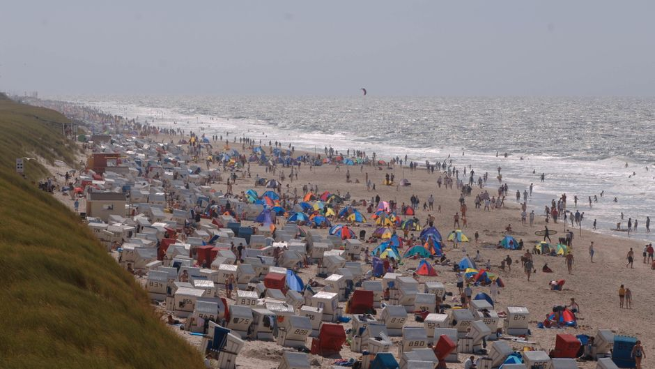 Blick auf einen Strand auf Sylt – auf der Insel haben trotz Corona Tausende auf Sylt am Strand gefeiert. (Symbolbild)