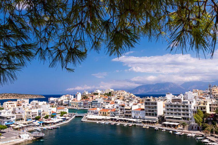 Griechenland ist bei deutschen Urlaubern extrem beliebt. Kein Wunder, sind doch Städtetrips nach Athen genauso erfüllend wie ein Urlaub auf einer der Tausenden Inseln im Ägäischen und Ionischen Meer.
