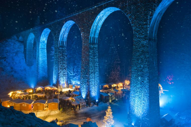 Einzigartig: Der Weihnachtsmarkt in der Ravennaschlucht findet unter dem 40 Meter hohen Eisenbahn-Viadukt statt.