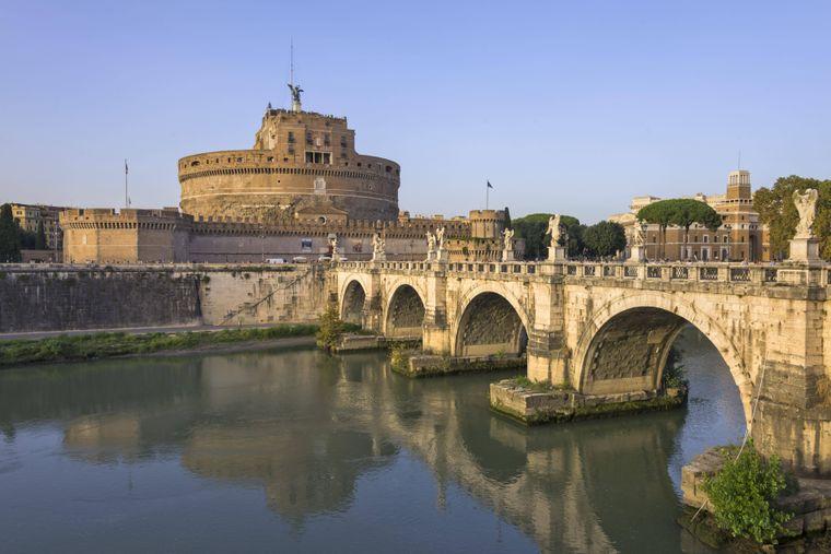 Die Engelsburg und Engelsbrücke über den Tiber in Rom.