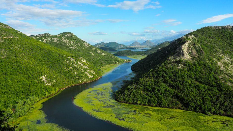 Vom Aussichtspunkt Pavlova Strana aus haben Reisende einen beeindruckenden Blick auf den Skutarisee und den Fluss Crnojevica.