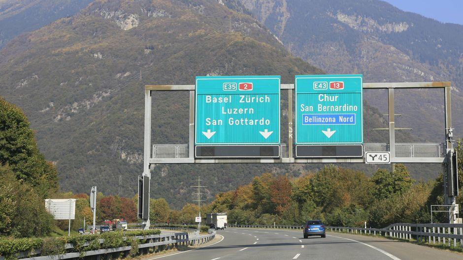 Auf der Autobahn A2 im schweizerischen Kanton Tessin ist am Sonntagmorgen ein deutscher Reisebus verunglückt.