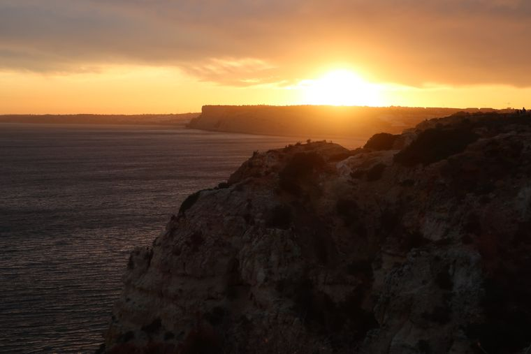 Zum Sonnenuntergang solltest du Richtung Ponta da Piedade aufbrechen, von hier aus kannst du eine der schönsten Felsformationen der Algarve sehen.