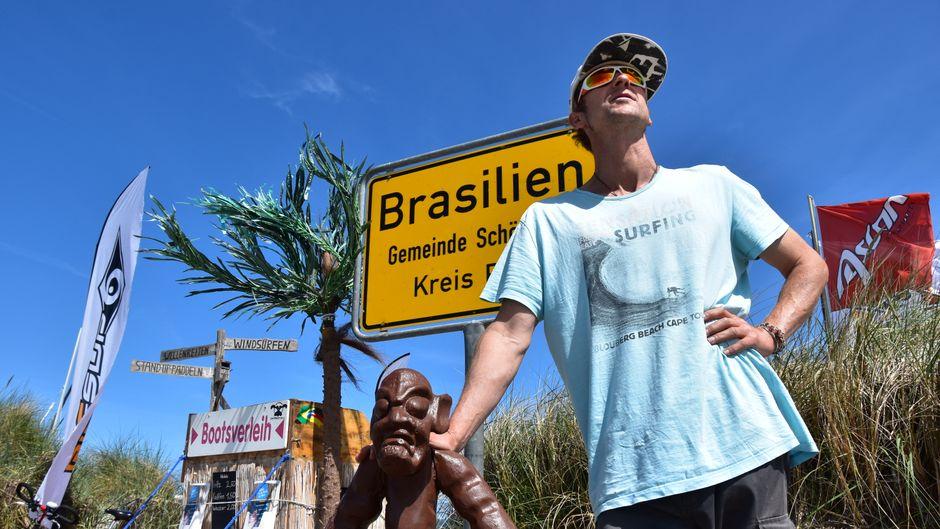 Eines der begehrtesten Fotmotive in Schönberg ist das Ortsschild in Brasilien am Strand.
