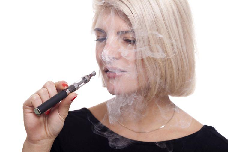 Frau die E-Zigarette raucht.