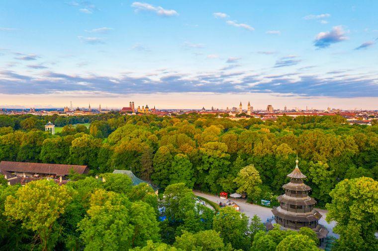 Der Chinesische Turm im Englischen Garten mit Blick über die Altstadt und die Maxvorstadt in München.