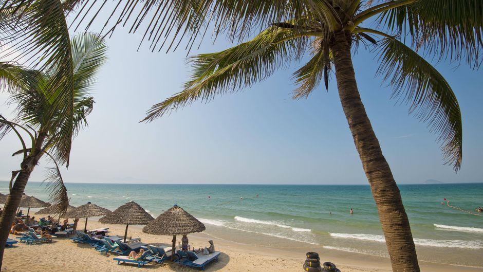 Der Cua Dai Beach bei Hoi An in Vietnam – in Geschäften und Hotels rund um den  Strand ist die Sonnencreme besonders günstig.