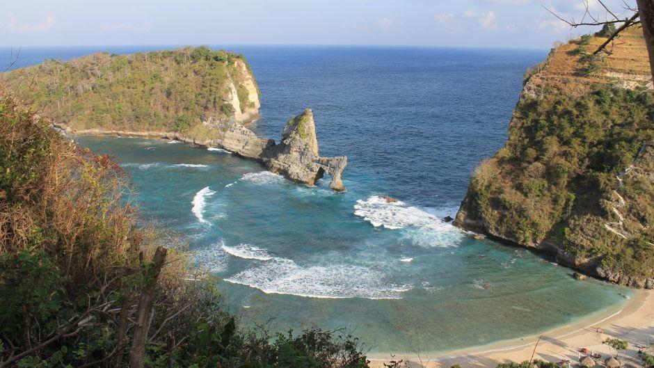 Ausblick auf Felstransformationen auf Nusa Penida.