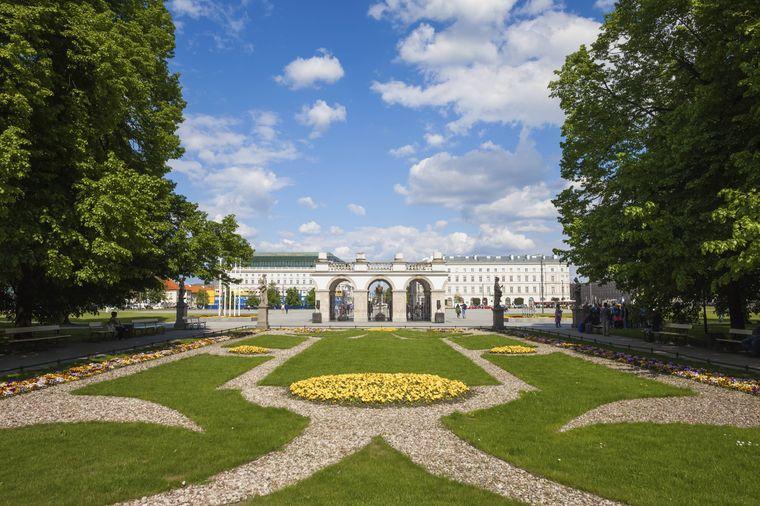 Das Sächsische Palais in Warschau ist umgeben von einem Garten – nur eine von vielen Grünanlagen der Stadt.
