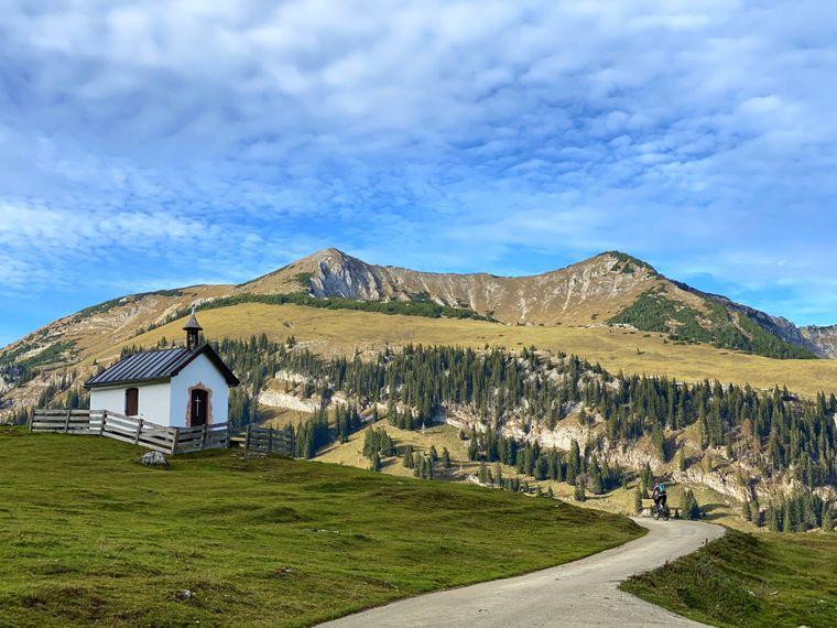 Wandern, Skifahren, Städtetrip – alles möglich in Österreich. Das Land ist geprägt durch Seen, Alpen und Dörfer. Für Städtetrips lohnen die Haupstadt Wien, Linz, Graz  oder Salzburg.