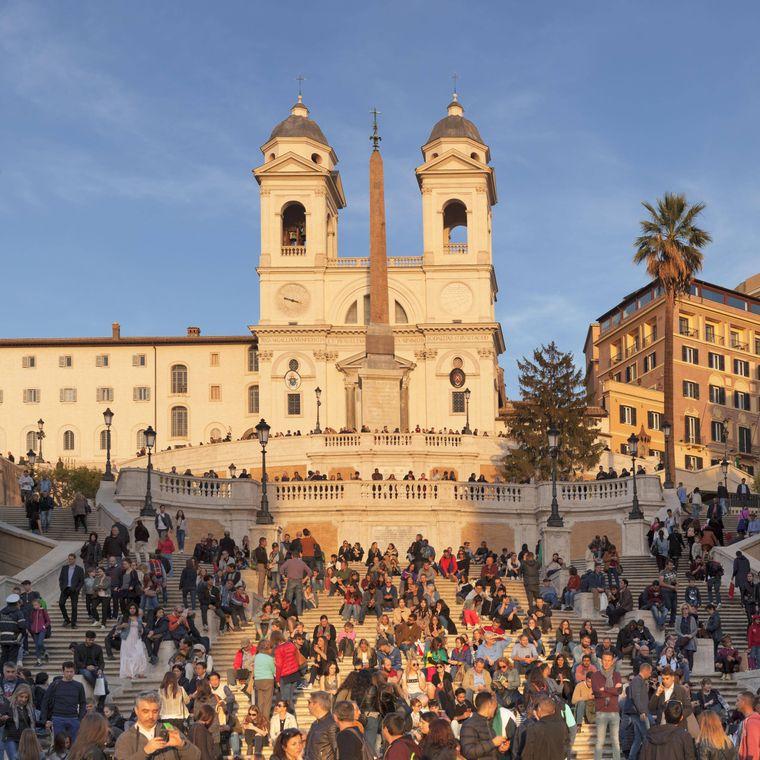 Bisher ein gewohntes Bild in Rom: Touristen, die auf der Spanischen Treppe sitzen.