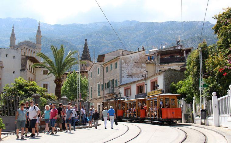 Im Vordergrund die Tram, im Hintergrund die Serra de Tramuntana – Soller ist einen Ausflug wert.