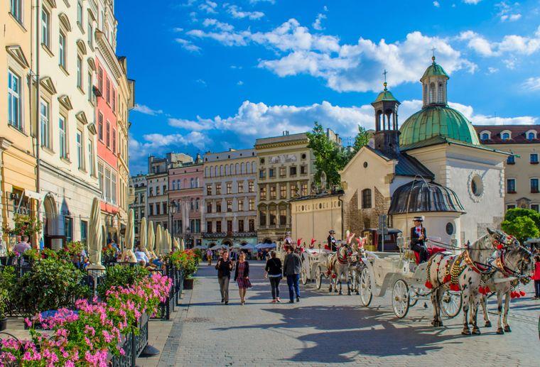 Eine Pferdekutsche fährst durch die Altstadt von Krakau, die ist Unesco-Weltkulturerbe.