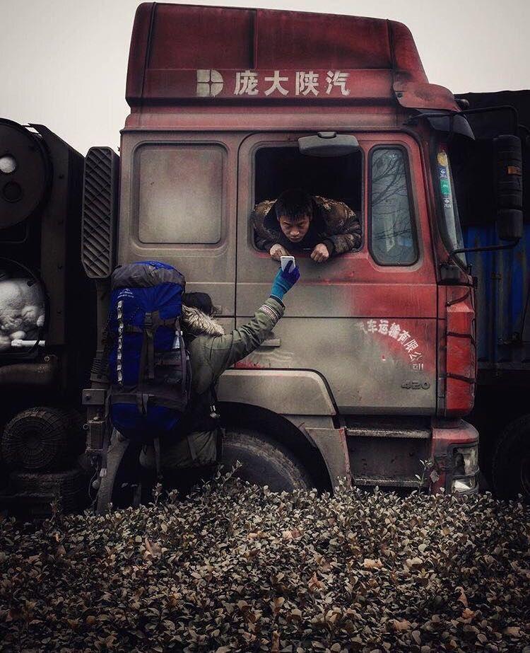 """In China zwischen Peking und Zhengzhou auf einem """"Truckertreff"""" mitten im Nirgendwo auf der Suche nach einer Mitfahrgelegenheit nach Shanghai. Keiner sprach Englisch, also musste Nic ihr Vorhaben immer mit Übersetzungs-Apps erklären."""