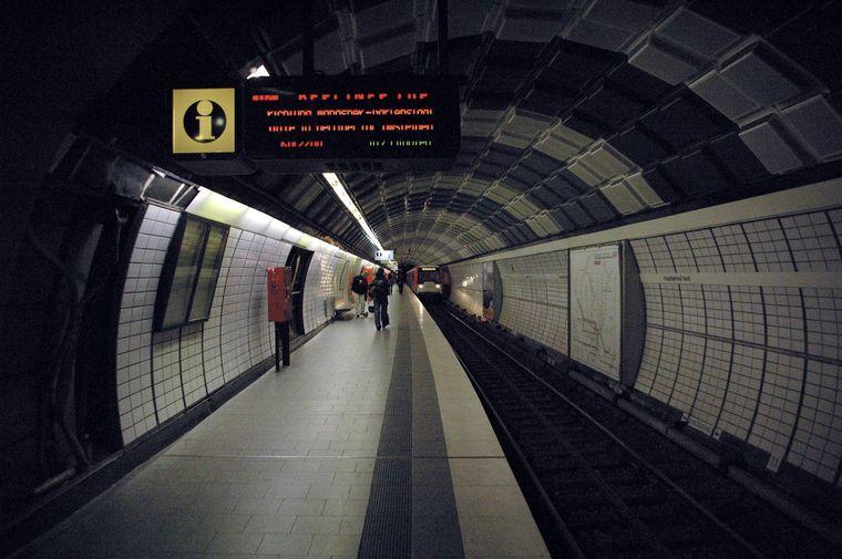 Einfahrender Zug in der U-Bahn-Station Hamburg Hauptbahnhof Nord.
