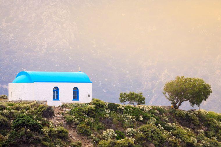 Die kleine Insel Kastri mit einer der typischen griechischen Kirchen.