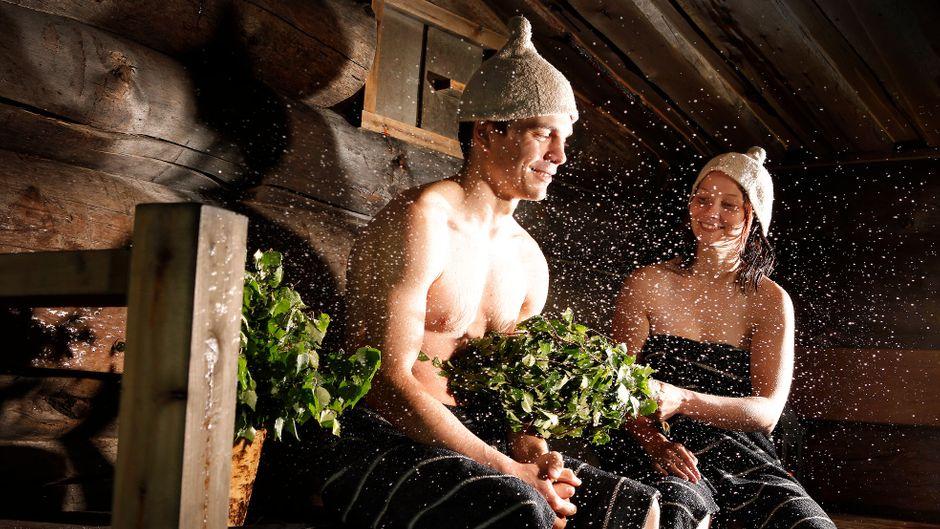 Zwei Menschen in einer Sauna in Finnland.