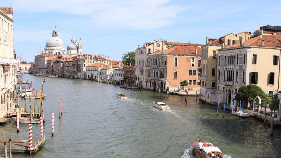 In Italien verschärft sich die Corona-Lage. Die Regierung hat strenge Maßnahmen ergriffen.