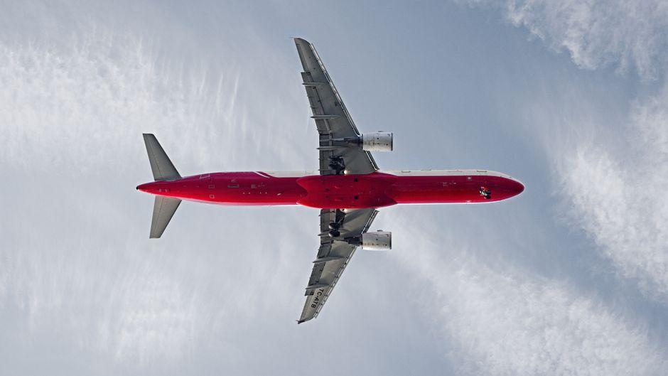 Flugzeug beim Anflug auf Istanbul, Türkei.