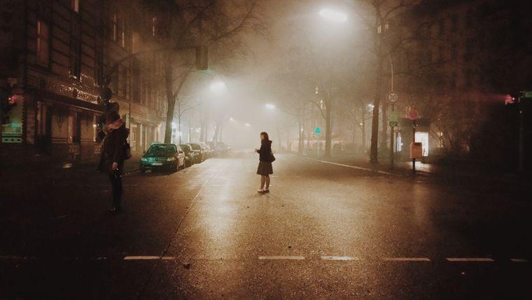 Neblige Straße bei Nacht – eine von Uwas beeindruckenden Aufnahmen.