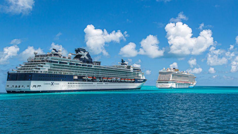 Zwei Kreuzfahrtschiffe in der Karibik.