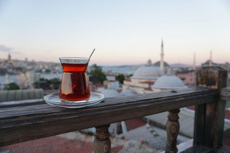 Platz 1: Istanbul. In der türkischen Hauptstadt am Bosporus zahlst du am Tag nur 20 US-Dollar (etwa 17,24 Euro). Besonders günstig sind Unterkünfte und das Essen. In den beiden Kategorien liegt Istanbul ebenfalls auf Platz eins.