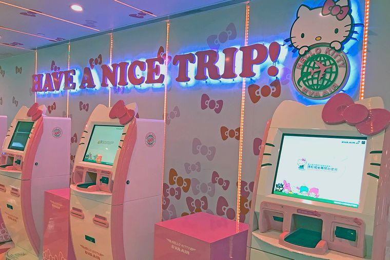 Achtung, quietschebunt! Der Check-in bereitet dich bestens auf deinen Flug mit dem Hello-Kitty-Jet vor.