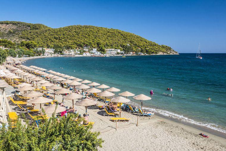 Während einige Strände auf Poros noch unbebaut sind, erfreuen sich andere einer guten Ausstattung für Urlauber.