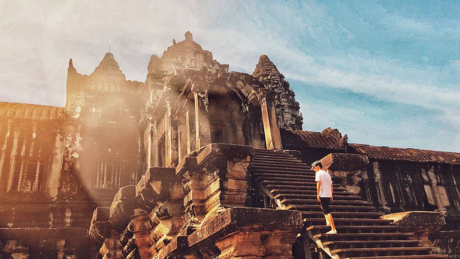 Tourist an einem Tempel in Angkor Wat. Die Reise nach Kambodscha ist theoretisch wieder möglich.