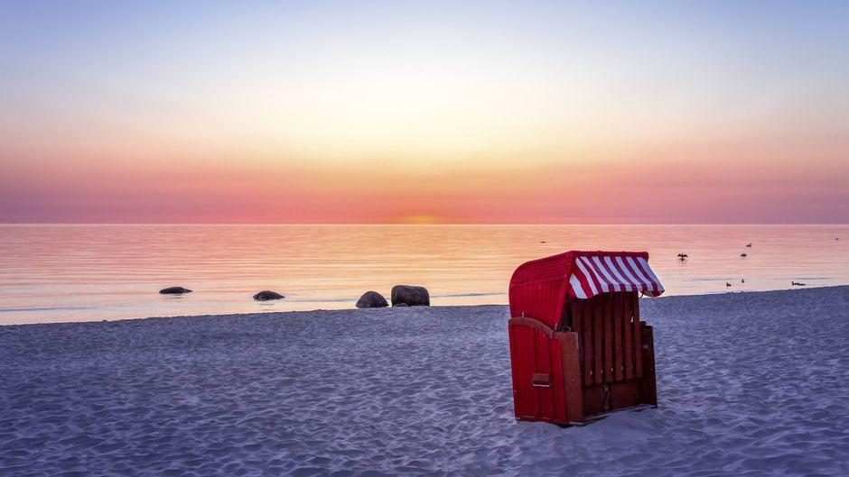 Sonnenuntergang am Strand auf Rügen. Strandkörbe