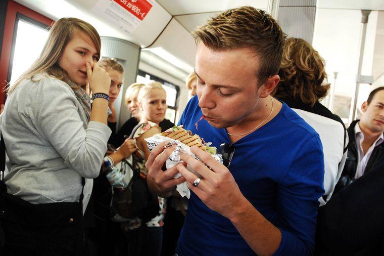 Auf intensiv riechende Speisen und Getränke solltest du deinen Mitreisenden zuliebe verzichten.