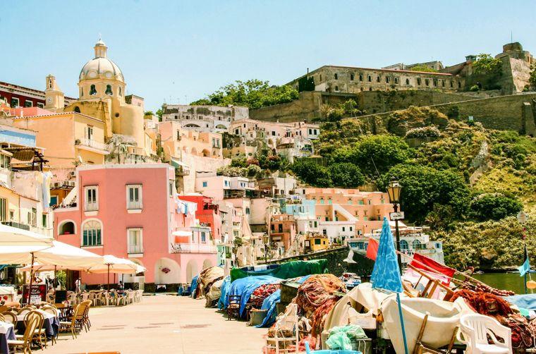 Vom Hafen in Marina di Corricella aus sehen Besucher auch das ehemalige Gefängnis der Insel – das ist nicht ganz so farbenfroh.