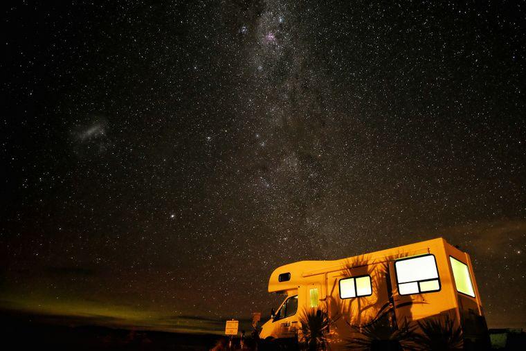 Wohnmobil bei Nacht.
