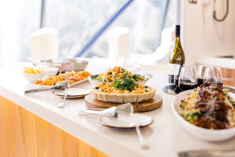 Auf dem Upper Deck wird ein Lunch mit tasmanischen Spezialitäten serviert.
